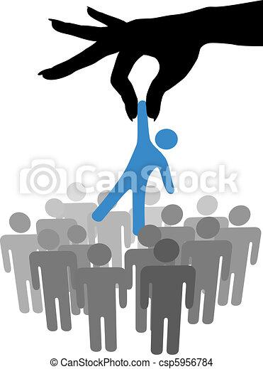 Encuentra a la persona selecta en el grupo de la gente - csp5956784