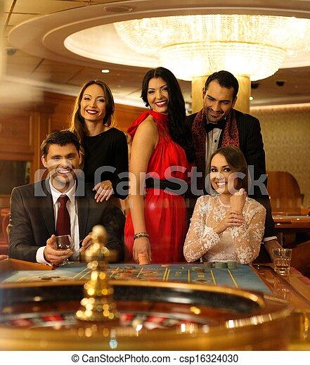 Un grupo de jóvenes detrás de la ruleta en un casino - csp16324030