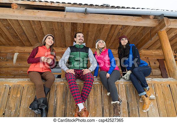 La Gente Se Agrupa En La Terraza De Una Casa De Campo De