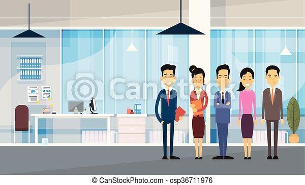 Grupo de empresarios asiáticos en la oficina moderna - csp36711976