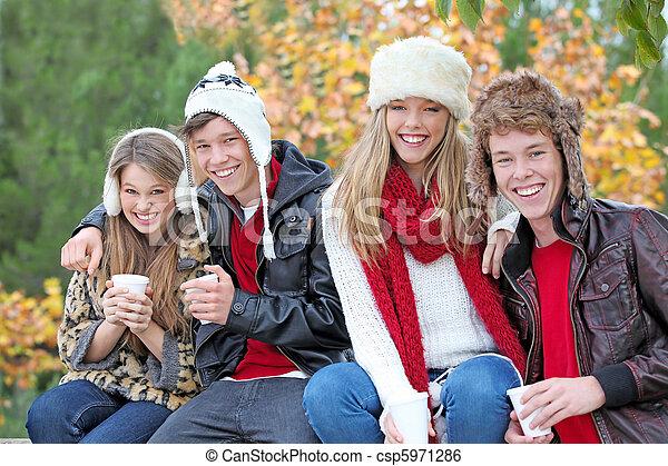 Feliz otoño o otoño grupo de adolescentes - csp5971286