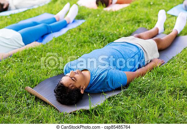 grupo parque verano gente yoga sano savasana parque