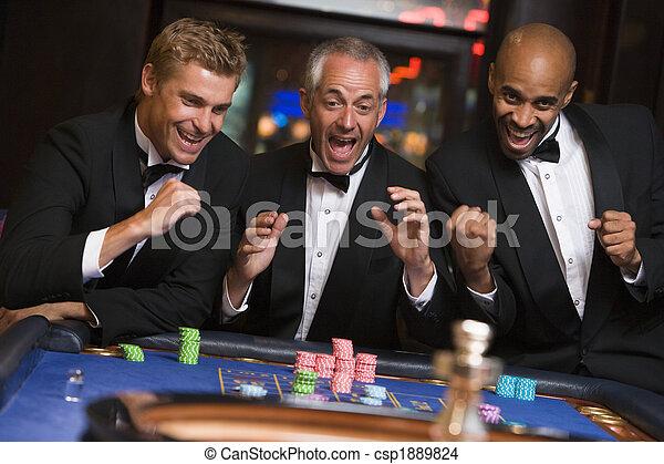 Un grupo de hombres celebrando la victoria en la ruleta - csp1889824