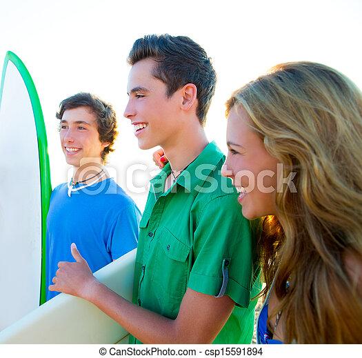 Los surfistas adolescentes son felices en playa - csp15591894