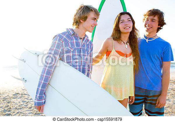 Los surfistas adolescentes son felices en playa - csp15591879