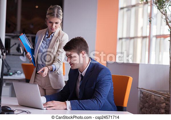 Geschäftsmannsgruppe im Büro - csp24571714