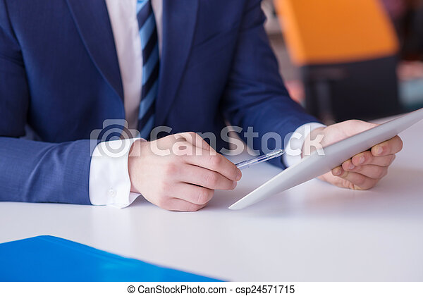 Geschäftsmannsgruppe im Büro - csp24571715