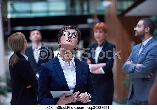 Geschäftsmannsgruppe im Büro - csp30333681