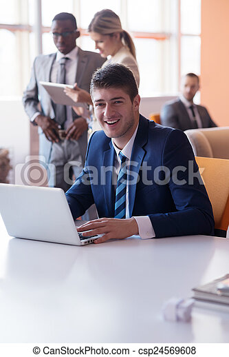 Geschäftsmannsgruppe im Büro - csp24569608