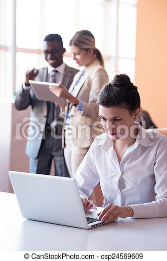 Geschäftsmannsgruppe im Büro - csp24569609