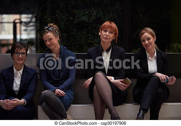 Geschäftsmannsgruppe im Büro - csp30197906