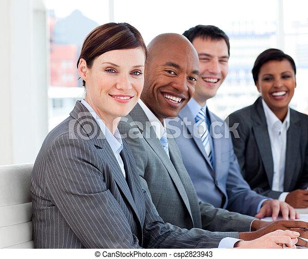 Eine Gruppe, die ethnische Vielfalt in einem Treffen zeigt - csp2823943