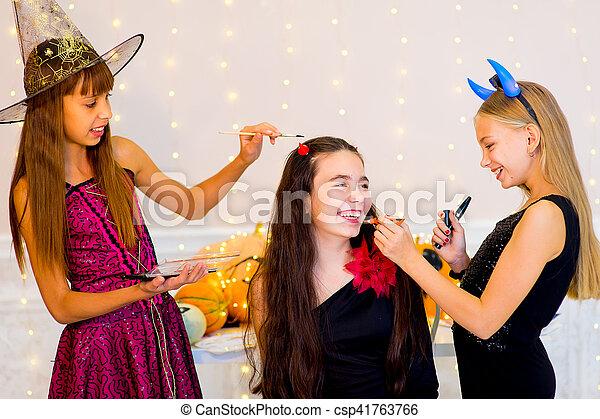Gruppe Halloween Kostume Teenager Vorbereiten Glucklich Trank