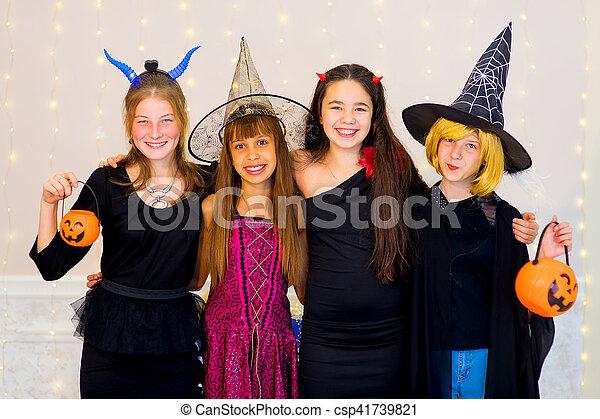 Gruppe Halloween Teenager Kostume Fotoapperat Posierend
