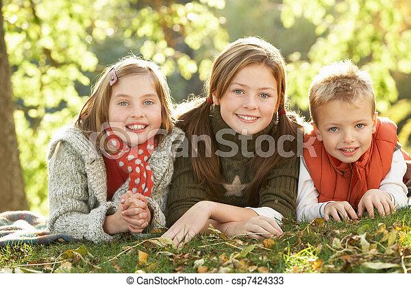 gruppe, herbst, 3, draußen, realxing, kinder, landschaftsbild - csp7424333