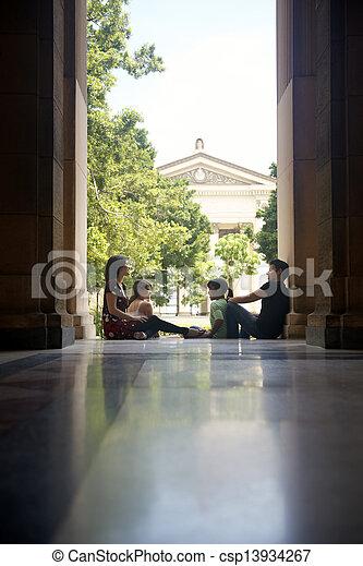 Studenten an der Universität, eine Gruppe junger Männer und Frauen, die reden - csp13934267