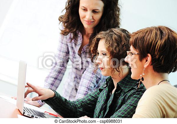 gruppo, lavorativo, giovane, insieme, mentre, riunione, tavola, donne - csp6988031