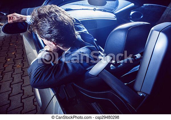 Un hombre apuesto con barba en un auto de traje - csp29480298