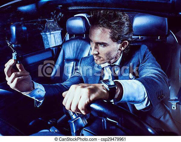 Un hombre apuesto con barba en un auto de traje - csp29479961