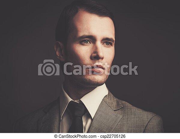 Un hombre guapo con traje gris - csp22705126