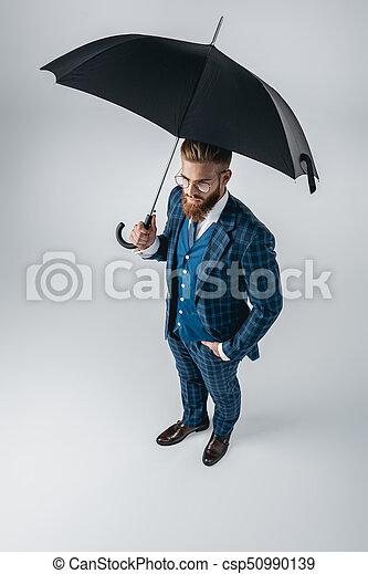 Hombre guapo de traje con paraguas - csp50990139
