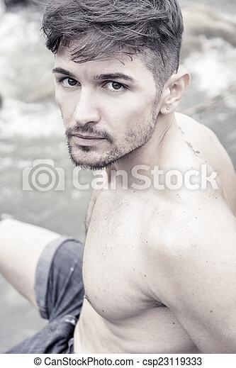 Cerca de atractivo joven musculoso sin camisa al aire libre - csp23119333