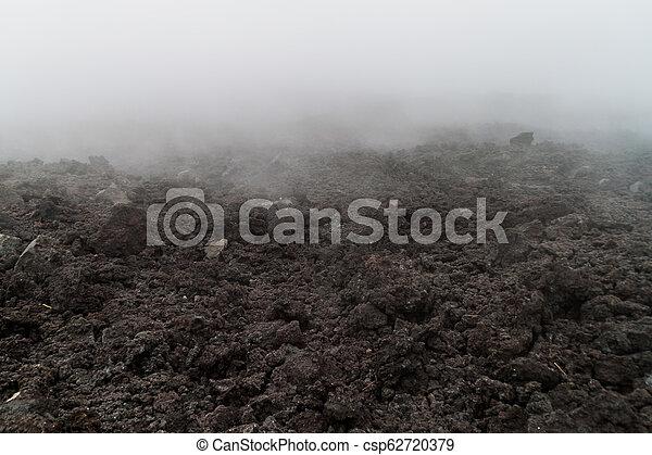 Flujo de lava del volcán Pacaya en la niebla, Guatema - csp62720379