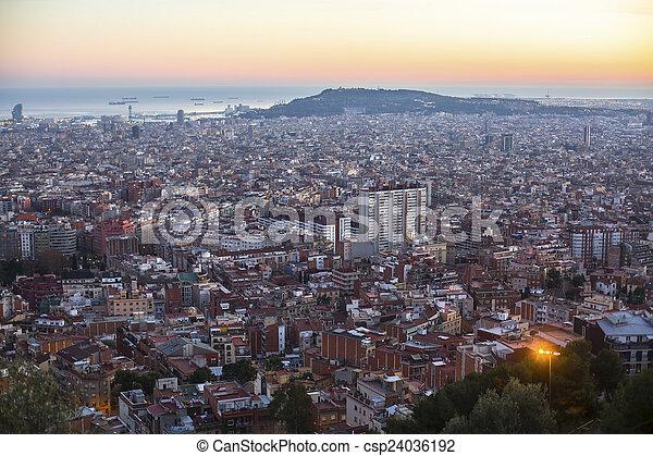 la mejor vista de barcelona desde el parque guel en un atardecer https www canstockphoto es guel cima parque barcelona sunset 24036192 html