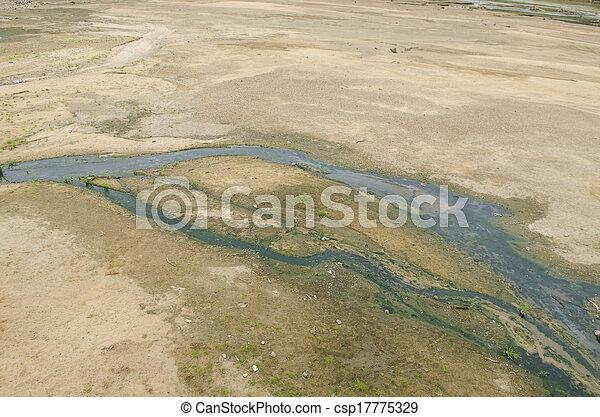 Meandering Brook está corriendo sobre piedras - csp17775329