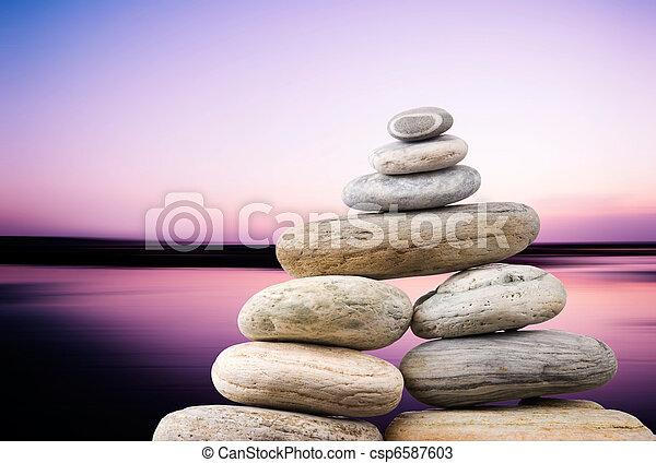 Pebbles se amontonan en una noche tranquila con un fondo de océano suave. Un concepto Zen. - csp6587603