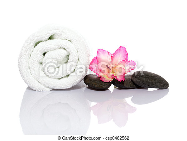Toalla, gladiola y guijarros para masaje - csp0462562