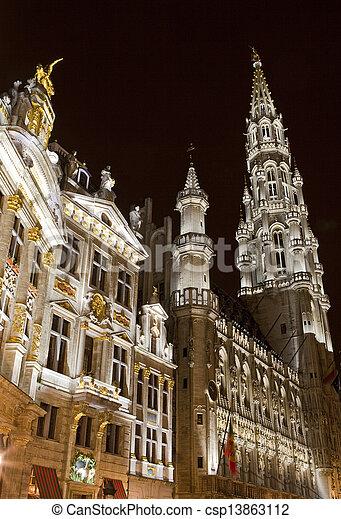 Ayuntamiento (Hotel de ville) y gremios en el gran lugar en Bruselas, Bélgica. - csp13863112