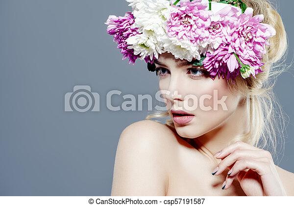 Dama con corona - csp57191587