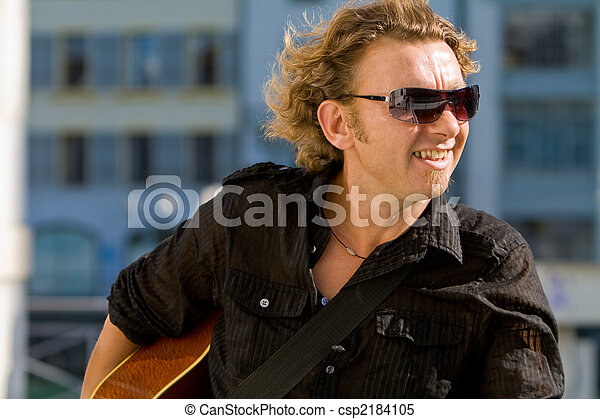 Un hombre tocando la guitarra acútica - csp2184105
