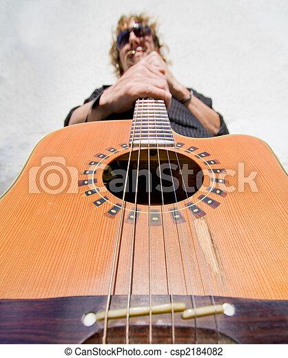 Un hombre tocando la guitarra acútica - csp2184082