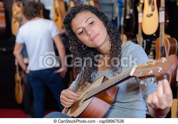 Afinando la guitarra - csp58967536