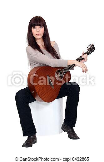 Mujer tocando la guitarra - csp10432865