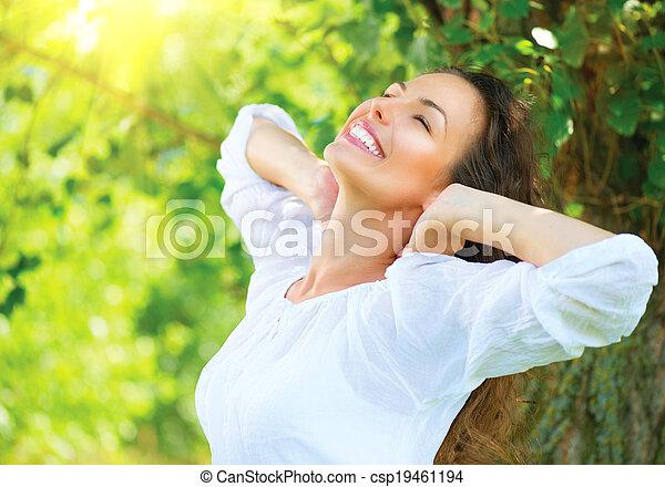 gyönyörű, élvez, nő, természet, outdoor., fiatal - csp19461194