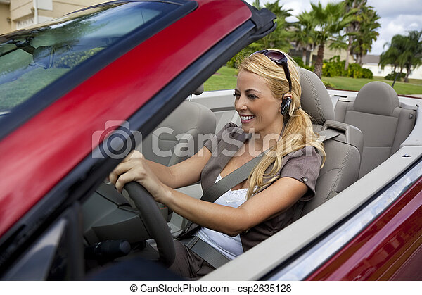 gyönyörű, fejhallgató, nő, neki, vezetés, beszéd, autó, fiatal, bluetooth, sejt telefon, szőke, átváltható - csp2635128