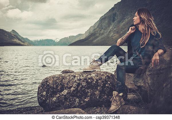 gyönyörű, hegyek, nő, tengerpart, háttér., tó, feltevő, vad - csp39371348