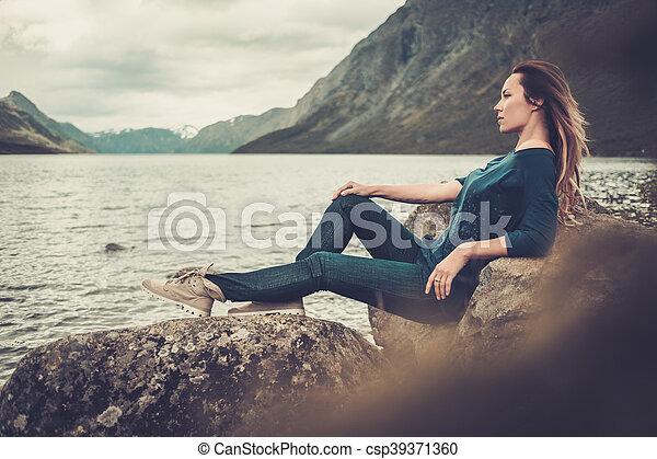 gyönyörű, hegyek, nő, tengerpart, háttér., tó, feltevő, vad - csp39371360