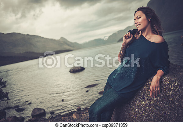 gyönyörű, hegyek, nő, tengerpart, háttér., tó, feltevő, vad - csp39371359