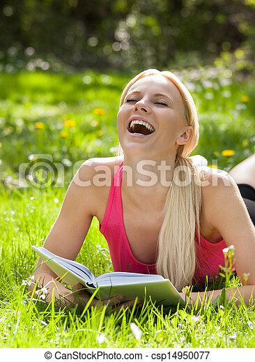 gyönyörű woman, könyv, felolvasás, fű, fekvő, nevető - csp14950077