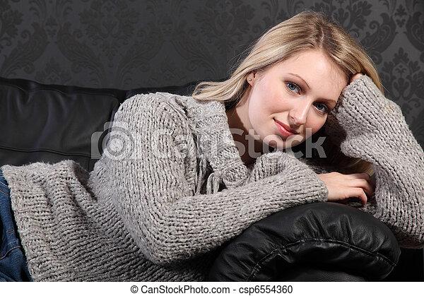 46f7c609a4 Gyönyörű woman, szvetter, szürke, fiatal, szőke, összefűz. Gyönyörű ...