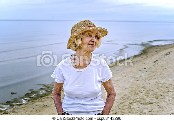 gyalogló, nő, tenger, öregedő - csp63143296