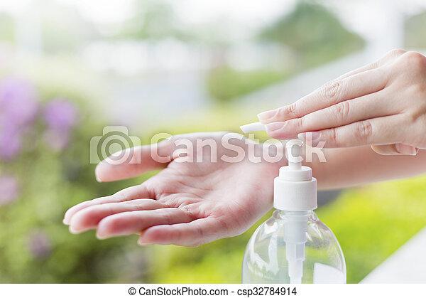 hände, sanitizer, handwäsche, pumpe, weibliche , dispenser., gebrauchend, gel - csp32784914