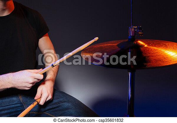hände, stöcke, spielende , schlagzeugspieler, trommeln - csp35601832