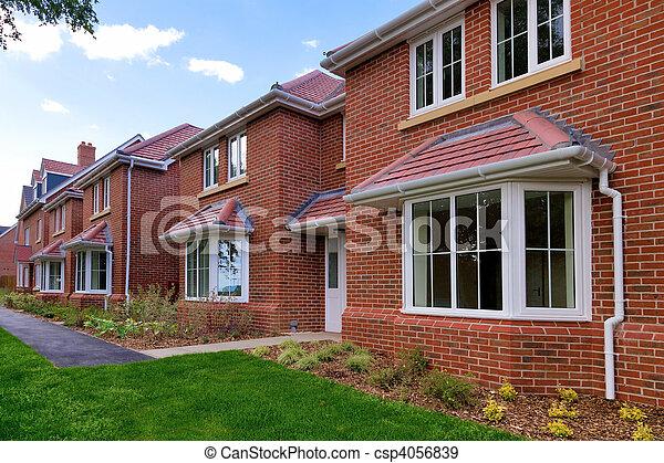 Eine Reihe leerer neuer Häuser - csp4056839