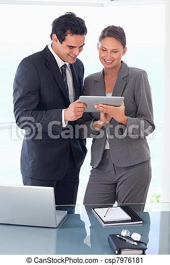 hænder, deres, kigge, partner, handler, tablet - csp7976181