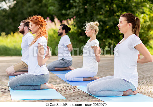 héros gens pose dehors yoga confection couchette